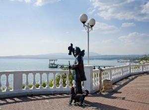 Памятник на набережной смотрителю маяка