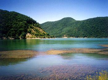 Красивейшее горное озеро - украшает посёлок