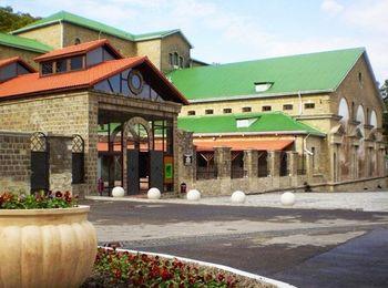 Главная достопримечательность - знаменитый завод шампанских вин Абрау-Дюрсо