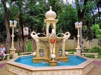 Фонтан с фигурами слонов