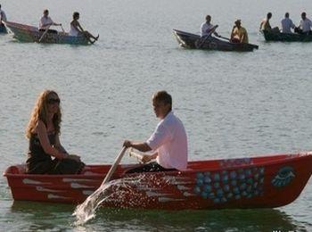Можно покататься по озеру на ктамаране или лодке