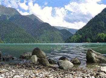 Площадь водоема более 2 км в длину, здесь влажный субтропический климат