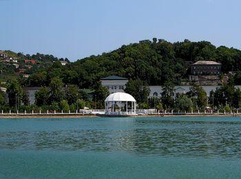 Главная достопримечательность - озеро Абрау