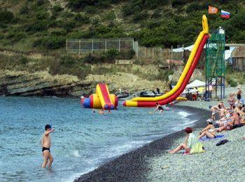 Чистейшая вода, удобный пологий вход в море на пляже Дюрсо