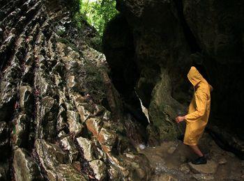 """В расщелине скалы, между нависающими глыбами находится """"Пасть дьявола"""""""