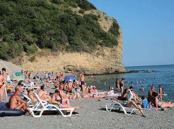Галечный пляж, огороженный скалами в поселке Дюрсо