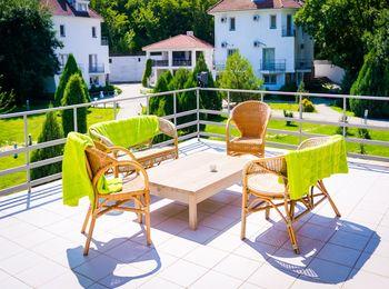 Зеленый двор комфортабельного отеля