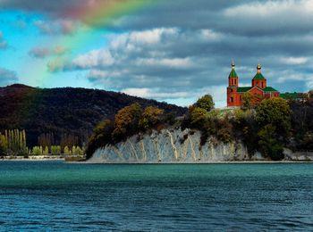 Удивительно красивое озеро, над ним Храм святой Ксении Петербуржской