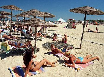 Жаркое лето, песчаный пляж  в Анапе
