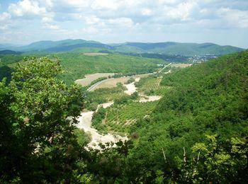 Недалеко от водопадов находится уютный поселок Тешебс