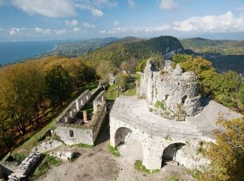 На вершине Иверской горы расположена Анакопийская крепость