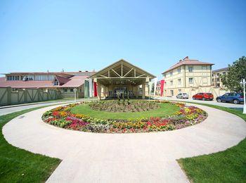 Уютная атмосфера во дворе и в отеле Довгиль 5*