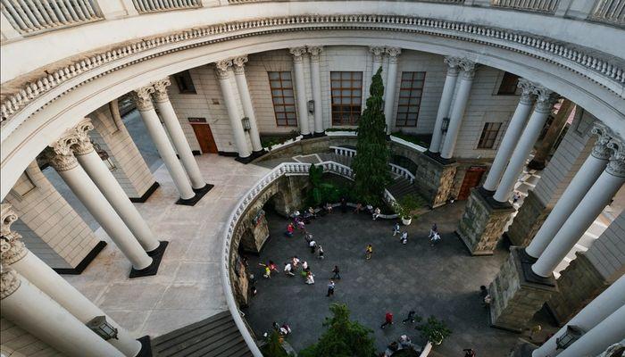Величественные колонны украшаю внутренний дворик вокзала