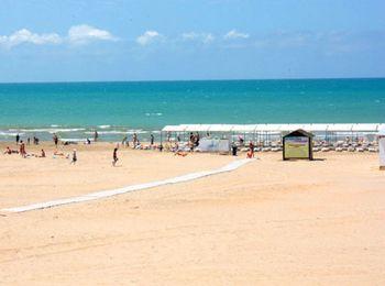 Чистый просторный пляж недалеко от клуба-отеля