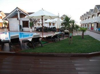 Двухэтажные домики расположены вокруг двух бассейнов