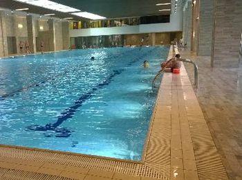 Плавание во внутреннем бассейне отеля