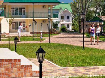 Современные двухэтажные корпуса гостиницы Дюны Золотые