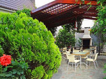 Уютный зеленый дворик с площадкой барбекю