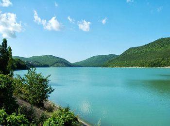 Кристально чистое, необыкновенного цвета, озеро Абрау