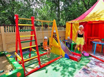 Двор оборудован детской площадкой