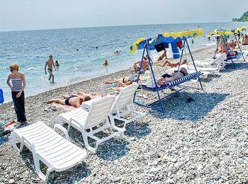 Просторный пляж со всеми удобствами