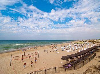 Собственный песчаный пляж оборудован всем необходимым для отдыхающих