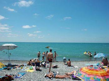 Галечный пляж на территории здравницы