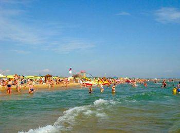 Песчаный пляж со всеми удобствами для отдыхающих
