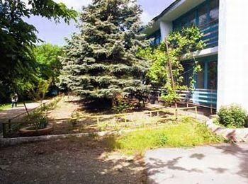 База отдыха Романтик в окружении зеленой парковой зоны