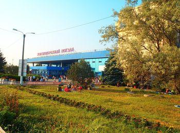 Зеленая парковая зона на территории здания