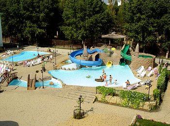 Отдельно выделена детская игровая площадка