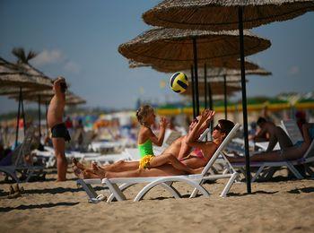 Песчаный пляж отеля Ривьера 4*