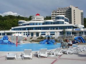 Главный корпус и бассейн санаторно-развлекательного центра АкваЛоо в Сочи