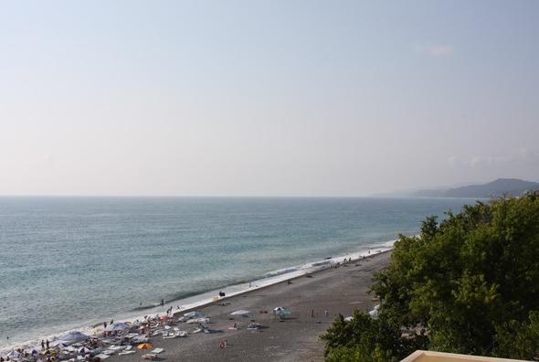 Чистый и теплый мелкогалечный пляж санатория