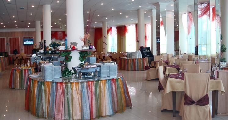 Элегантный и комфортабельный большой зал ресторана