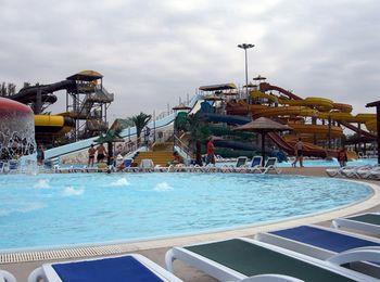 Водный центр развлечений оборудован также и для спокойного отдыха