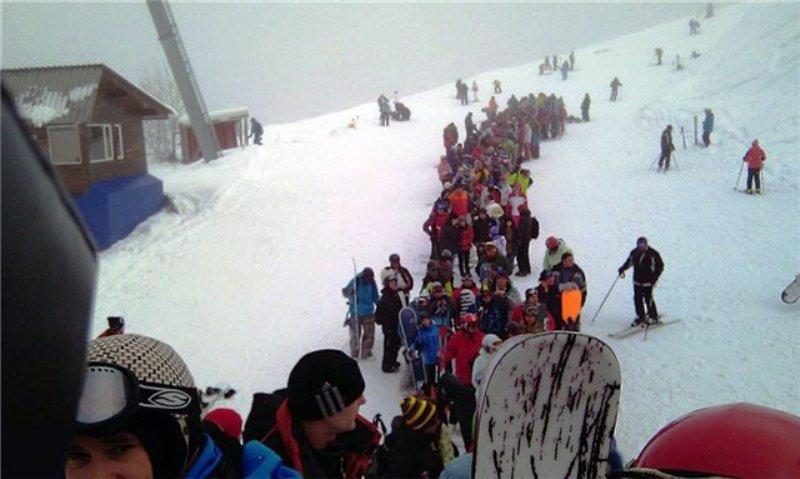 Множество лыжников готовятся к спуску с гор в Адлеровском районе