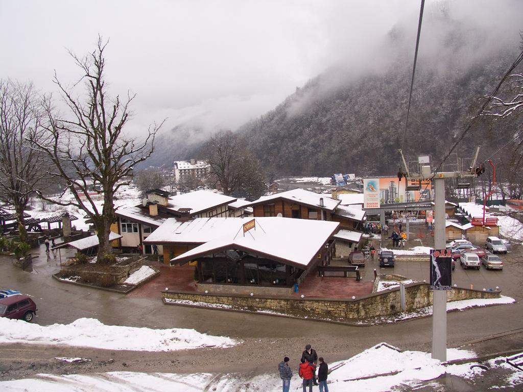 Горнолыжная база зимой в тумане