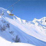 Канатная дорога в заснеженных горах на курорте Альпика-Сервис в Красной Поляне
