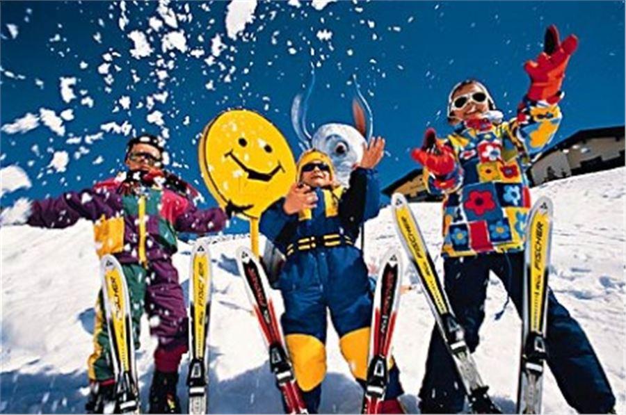 Празднующие люди на горнолыжном курорте зимой