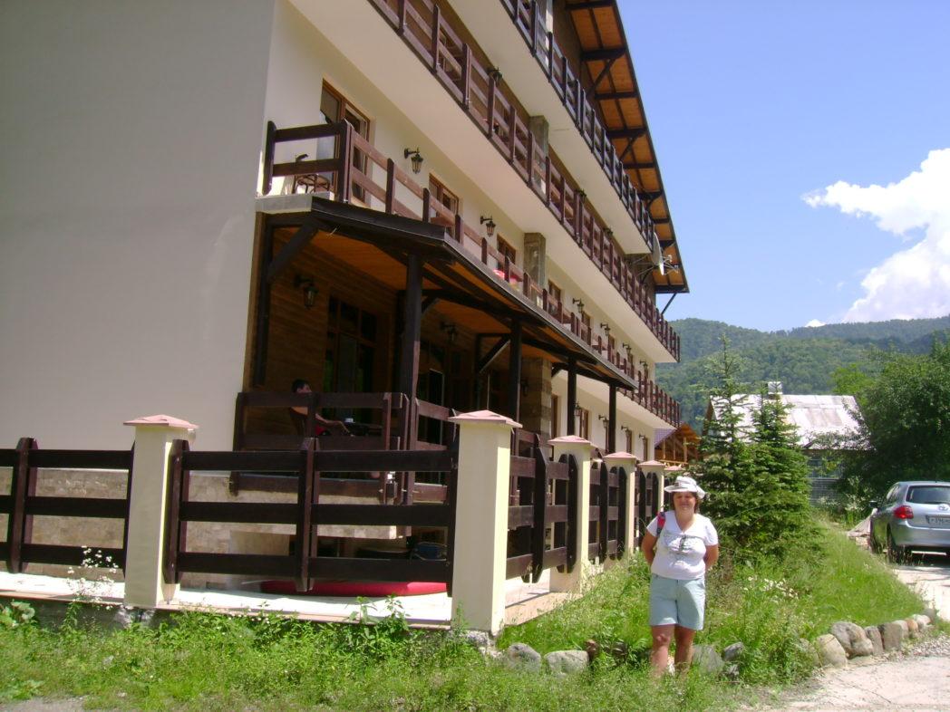 Четырехэтажный отель для проживания во время отдыха в горах зимой