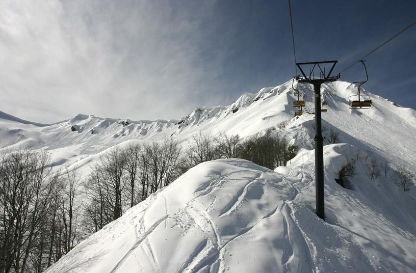 Снежные горы Красной Поляны с канатной дорогой для лыжников
