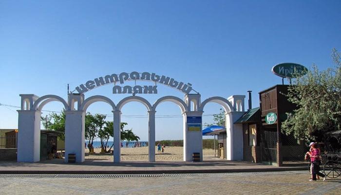 Арочные ворота у входа на песочный план