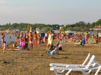 Отдыхающие солнечной пляжной зоны