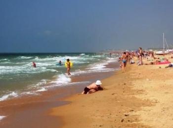Пологий влажный пляж с кварцевым целебным песком