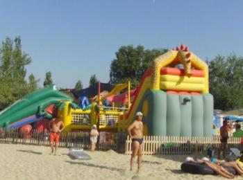 Задняя сторона цветного пляжного батута для детей
