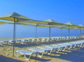Навесы и пластиковые лежаки для комфортного пляжного отдыха