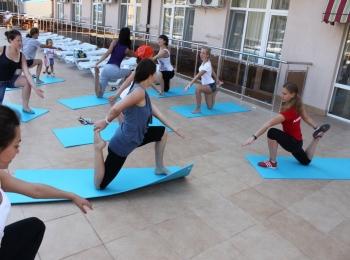 Занятие оздоровительной физкультурой с группой детей на голубых подстилках