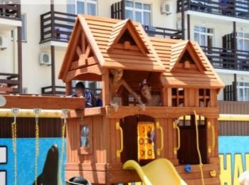 Деревянный игровой домик для детей туристов