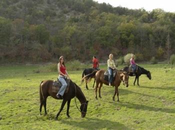 Несколько гостей Джемете прогуливаются на конях по красивой долине
